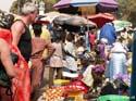 De markt in Serrekunda, Gambia