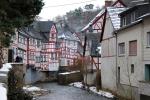 De rivier door het stadje Monreal, Duitsland