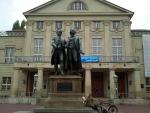 Goethe en Schiller voor het theatergebouw in Weimar, Duitsland