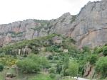 Huisje tegen de rotswand, Griekenland
