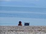 Op het kiezelstrand bij Xylokastro, Griekenland