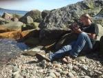 Lezen aan het strand in de zon, Schotland