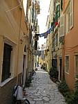Waslijnen boven de straat, Korfoe, Griekenland