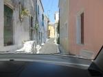 Een heel smal straatje in Argyrades, Griekenland