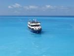 Een volle boot bij Porto Katsiki, Griekenland