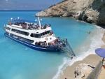 Het strand van Porto Katsiki wordt overspoeld met toeristen, Griekenland