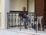 Teije op het balkon in Roda, Griekenland