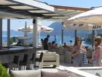 Op het terras in Kanoni, Griekenland