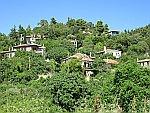 Huisjes tegen een berghelling, Sithonia, Griekenland