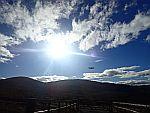 Laagvliegend vliegtuig in de Cairngorm Mountains, Schotland