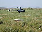 Een helicopter langs de A836 bij de Crask Inn in de Hooglanden, Schotland