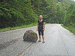 Een rotsblok op een bergweg, Griekenland