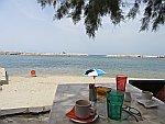 Koffie drinken aan het strand van Limenaria, Thassos, Griekenland