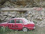 Een achtergelaten auto bij Maries, Thassos, Griekenland