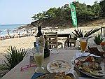 Lekker eten bij beach bar Plavoulis, Griekenland