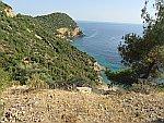 Begroeide rotsen aan de westkust van Thassos, Griekenland