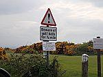 De weg tussen de golfbaan van Fortrose door, Schotland