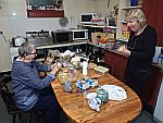 Rachel en Lies in de keuken van Iain en Cathy, Schotland