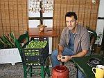 Michael snijdt olijven, Griekenland
