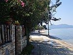 De boulevard in Kalamos, Griekenland