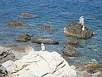 Opgestapelde stenen langs de oostkust van de Pilion, Griekenland