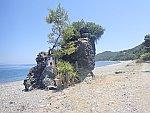 Rots met kapelletje op het strand op Evia, Griekenland