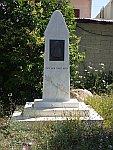 Monument in Rovies met de tekst 'Het is nooit te laat', Griekenland