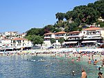 Het drukke strand in Parga, Griekenland