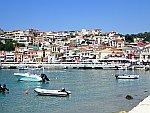 Parga is tegen een heuvel gebouwd, Griekenland