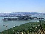 Ioannina eiland en Ioannina stad op de achtergrond, Griekenland