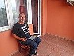 Teije op een kaal balkon, Macedonie