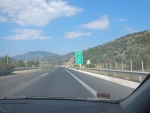 Een lege snelweg op de Peloponnesos, Griekenland