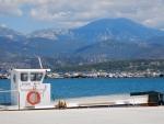 De bergen van Kefalonië vanuit Lixouri, Griekenland