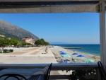 Op een terrasje wachten we op de ferry in Poros, Griekenland