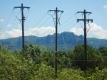 We naderen de Meteora, ontsierd door bovengrondse kabels, Griekenland