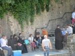 Bezoekers onderaan het klooster van Roussanou, Griekenland
