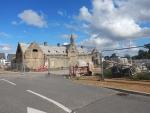 Een monument blijft staan in een nieuwbouwwijk van Elgin, Schotland