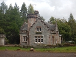 Gatelodge langs de B9154 bij Moy, Schotland