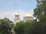 Een vliegtuig boven de Aleksandar Nevski kathedraal, Bulgarije