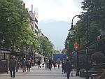 Uitzicht op de Vitosha berg vanaf een winkelstraat in Sofia, Bulgarije