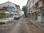 Opgebroken straat buiten het centrum van Sofia, Bulgarije