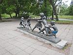 Beeld van touwtrekkende kinderen in de Knyazheska tuin in Sofia, Bulgarije