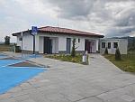 Een moderne parkeerplaats met schone toiletten langs de snelweg in Bulgarije, Bulgarije