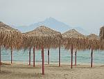 Uitzicht op de heilige berg Athos vanaf een leeg strand op Sithonia, Griekenland