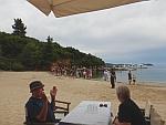 Er arriveert een toeristenboot op een afgelegen strand op het Pilion schiereiland, Griekenland