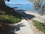 Het rolstoelpad naar het strand in Kalamos, Griekenland