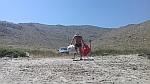 Afval van het strand verwijderen in de buurt van Karystos, Griekenland