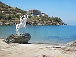 Centaur beeld voor een onafgmaakt hotel bij het Bouros strand, zuid Evia, Griekenland