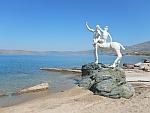 Centaur met berijdster bij het Bouros strand in het zuiden van Evia, Griekenland