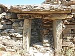 De ingang van een drakenhuis (drakospiti) bij Styra, Griekenland